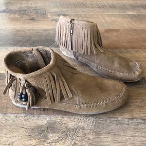 Minnetonka Boot in size 7.5